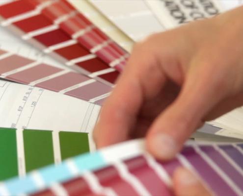 aussuchen von Farben mittels Farbfächer