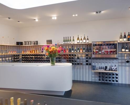 Innenausbau einer Weinhandlung mit speziellem Shopdesign