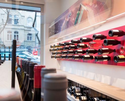 moderner Innenausbau in der Weinhandlung