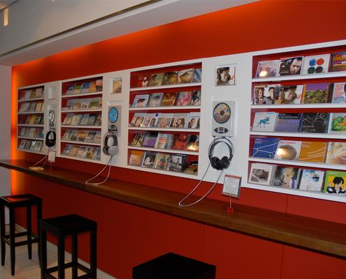 Hörstationen im Musikshop mit Stehcafé